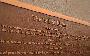 Gedenktafel zur Erinnerung an die Bill of Rights. (Foto: Ted Mielczarek)