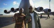 演员和喜剧演员Dave Chappelle(右)和Donnell Rawlings站在南卡罗来纳州查尔斯顿联合基地的C-17 Globemaster III 2月2 2017前面
