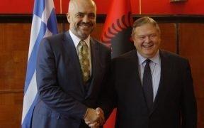 Der albanische Ministerpräsident Edi Rama (links) mit dem stellvertretenden Ministerpräsidenten und dem griechischen Außenminister.