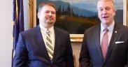 Joe Balash (à esquerda) sendo parabenizado pelo senador Dan Sullivan por sua confirmação como secretário assistente do Interior. (Foto: YouTube)