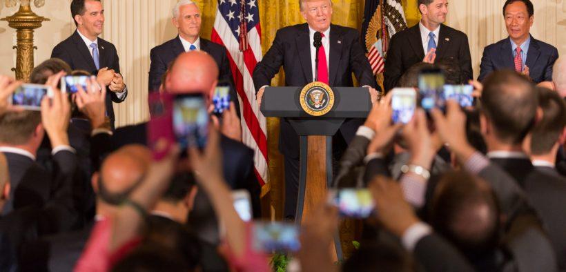 Il presidente Donald J. Trump e il vicepresidente Mike Pence rilasciano osservazioni durante l'evento di annunci di lavoro con Foxconn mercoledì, luglio 26, 2017, nella East Room della Casa Bianca a Washington, DC (foto ufficiale della Casa Bianca di Shealah Craighead)