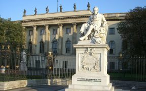 Statua di Alexander von Humboldt di fronte all'Università Humboldt di Berlino, Germania