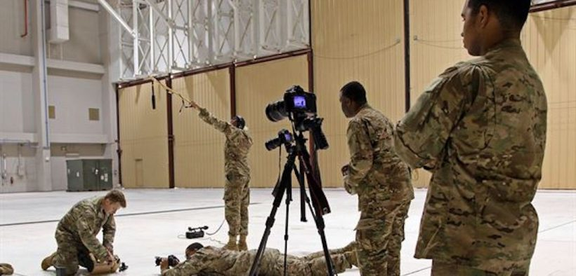 Soldados del Ejército de EE. UU. Asignados al Destacamento de Desarrollo de Producción de la Fuerza de Tarea Central de Apoyo a la Información Militar (MISTF-C) capturan a un Especialista en Operaciones Psicológicas que establece un Sistema de Altavoces de Próxima Generación en diciembre 7, 2016 en la Base Aérea Al Udeid, Qatar. (Foto: Ejército de EE. UU., Sargento del Estado Mayor Brian)