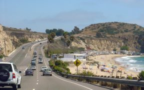 California State Route 1 - Pacific Coast Highway - südlich in der Nähe von Laguna Beach in Orange County, Südkalifornien.