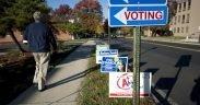 Un électeur passe devant les panneaux des candidats le jour du scrutin, 2014.