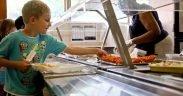 enfant obtenant son repas scolaire