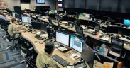 """Le centre d'opérations cybernétiques de Fort Gordon, en Géorgie, abrite des sous-officiers des transmissions et du renseignement militaire, qui surveillent les attaques du réseau et y répondent, et qui répondent aux attaques d'adversaires aussi variés que les États-nations, les terroristes et les """"hacktivistes"""". Le centre a été nettoyé des informations classifiées pour cette photo"""