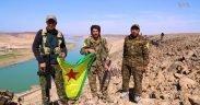 Combattenti delle unità di protezione popolare delle forze democratiche siriane sulla riva dell'Eufrate ad est della città di Raqqa, nel nord della Siria.