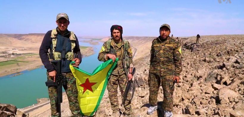 叙利亚民主力量人民保护部队的战斗人员,位于叙利亚北部拉卡市以东的幼发拉底河沿岸。
