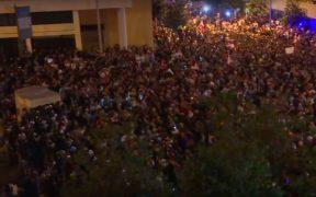Migliaia di libanesi indignati dalla corruzione e proposti aumenti fiscali protestano nel centro di Beirut poiché le più grandi manifestazioni degli anni hanno minacciato il fragile governo di coalizione del paese.
