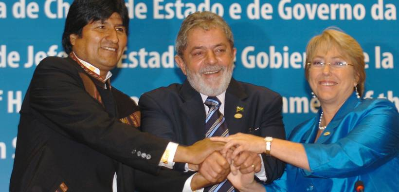 Brazilian President Luiz Inacio Lula da Silva (center) exchanges greetings with the presidents of Bolivia, Evo Morales (left), and Chile, Michelle Bachelet (right), at the end of the summit of the Union of South American Nations in 2008. (Photo: Antônio Cruz)