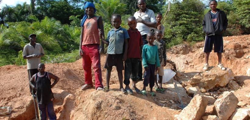 Children working in a wolframite and casserite mine in the Democratic Republic of Congo. (Photo: Julien Harneis)