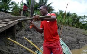 patron cortando cana